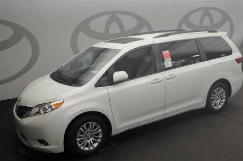2017 Toyota Sienna XLE 8-Passenger 1 CarSoup